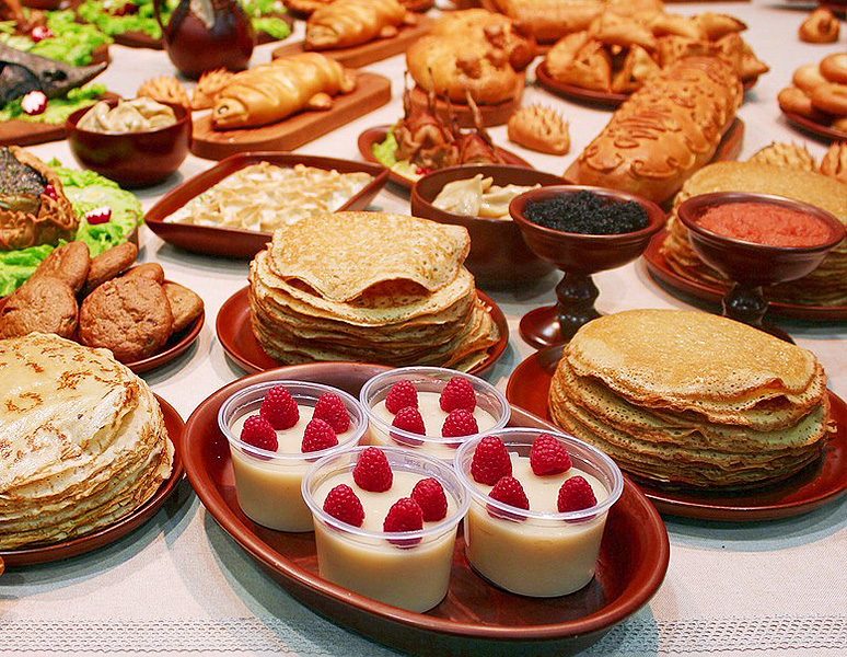 What can you eat Russian pancakes with?